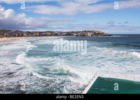 Schwimmer, Schwimmen in einem Schwimmbad direkt am Meer am Bondi Beach, Sydney, Australien - Stockfoto