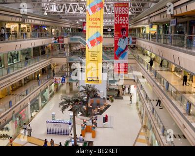 Innenraum der Iscon Mall / einkaufen-Mall, in Surat, Gujarat. Indien. - Stockfoto
