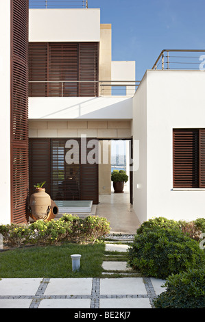 Geometrische Ägäis Villa moderne Architektur Weg Pflanzen Stockfoto ...