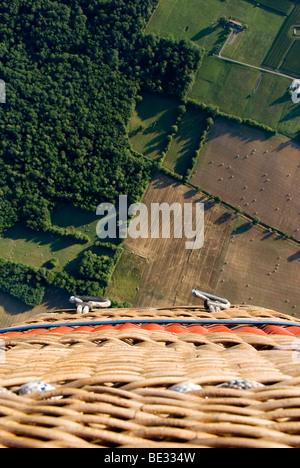 Luftaufnahme von Heißluft Ballonkorb über abgeernteten Feldern in Dordoigne, Frankreich - Stockfoto