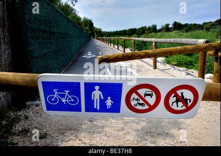 """Canet-En-Roussillon, Frankreich, Camping in Frankreich, Zugang Barriere """"Radweg"""" Sign """"Tet Fluss"""" in der Nähe von - Stockfoto"""
