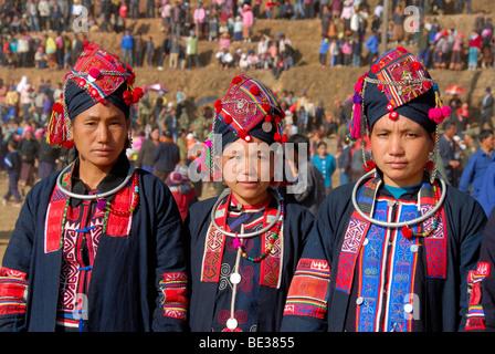 Porträt, Ethnologie, drei Frauen der Akha Oma Ethnie gekleidet in bunten Kleidern, Kopfschmuck, Festival im Phongsali Stadt