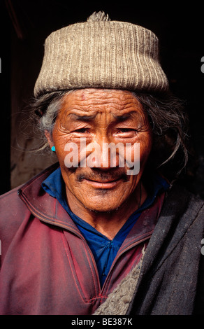 Tibetischen Nomaden, eine tibetische Mann mit grauen Haaren tragen eine Wollmütze und einfachen nomadischen Kleidungsstücke - Stockfoto