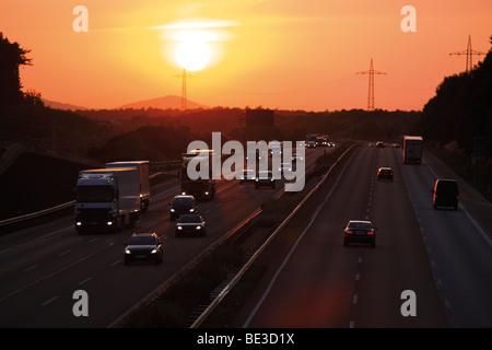 Autobahn Köln-Frankfurt bei Sonnenaufgang, Deutschland, Europa - Stockfoto