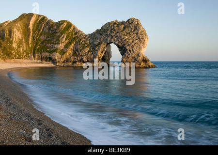 Durdle Door ist ein natürlicher Kalkstein Bogen auf der Jurassic Coast von Dorset - Stockfoto