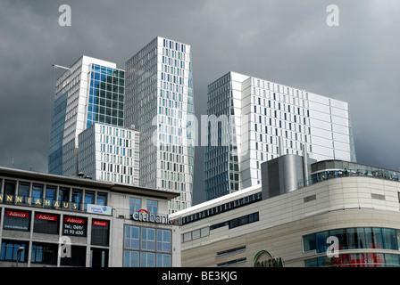 Dunkle Wolken über das moderne Büro-Turm im Stadtteil PalaisQuartier, Palais Quartier, FrankfurtHochVier, Frankfurt - Stockfoto