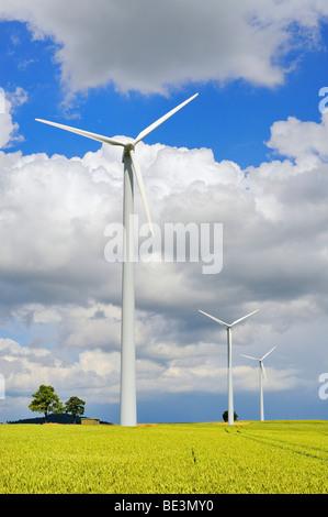 Windkraftanlage mit Weizenfeld, in der Nähe von Stetten im Hegau, Landkreis Konstanz, Baden-Württemberg, Deutschland, - Stockfoto