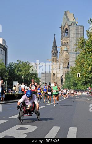 Läufer des Berlin-Marathon 2009 auf der Kurfürstendamm Avenue, auf der Rückseite der Kaiser Wilhelm Gedächtniskirche, - Stockfoto