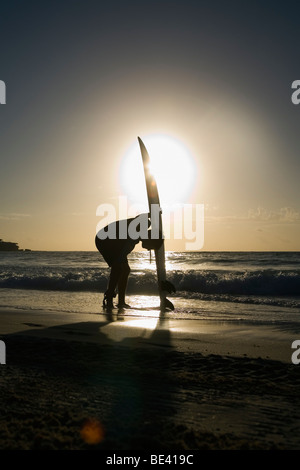 Ein Surfer mit Surfbrett am Strand stehen.  Bondi Beach. Sydney, New South Wales, Australien - Stockfoto