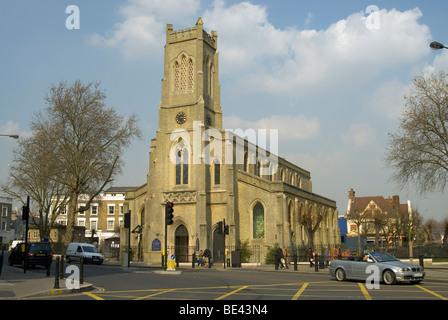 Fulham Broadway methodistische Kirche St. Johns an einem schönen Tag mit einigen Autos und Menschen - Stockfoto