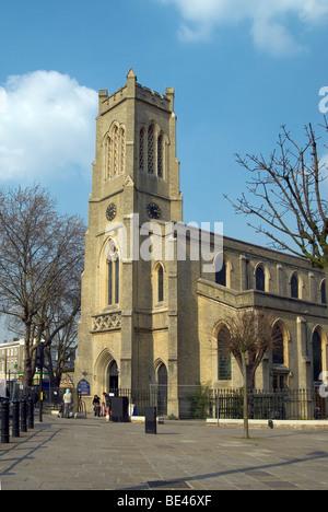 Der St. Johannis Kirche Fulham Broadway Methodist im Hochformat - Stockfoto