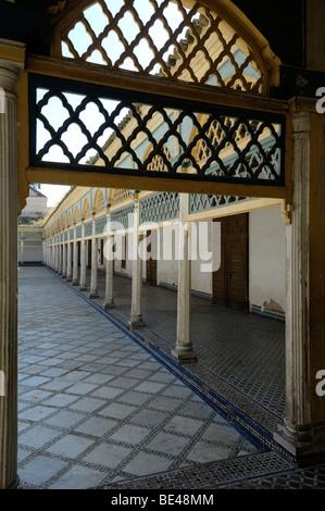 Hof und überdachten Gehweg Bahia Palace Marrakesch Marokko - Stockfoto