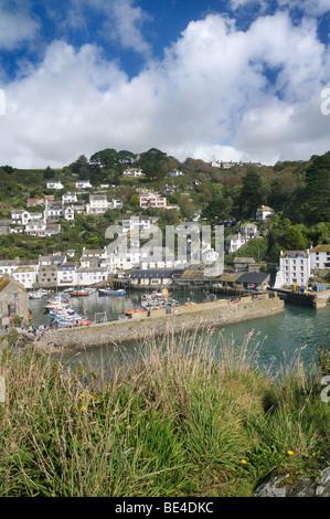 Erhöhten Aussichtspunkt mit Blick auf Hafen von Polperro, Cornwall, UK - Stockfoto