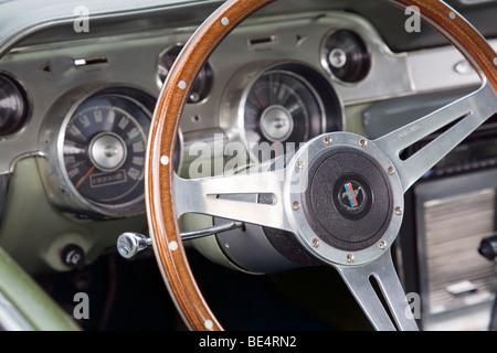 Armaturenbrett oldtimer  Lenkrad und Armaturenbrett eines Jahrgangs Ford Fairlane in ...