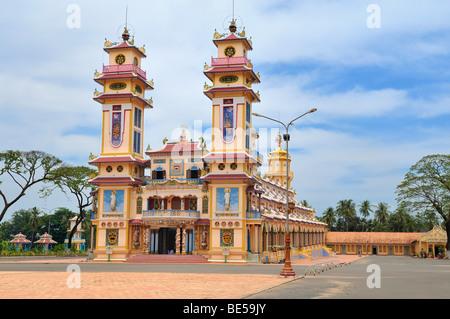 Außenansicht des Cao Dai Tempel in Tay Ninh, Vietnam, Asien - Stockfoto