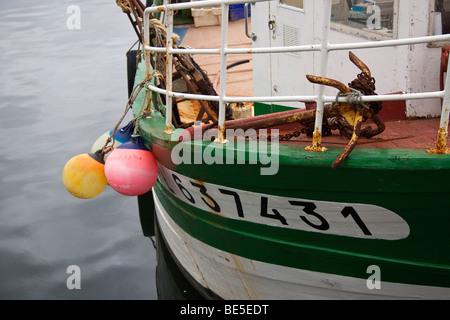 Ein Fischerboot im Hafen von Paimpol, Nord-Bretagne, Frankreich. - Stockfoto
