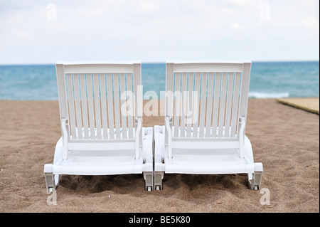 Zwei Liegestühle am Strand, in der Nähe von Antalya, Türkei - Stockfoto