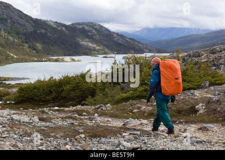 Weibliche Wanderer, Rucksacktouristen Wandern in alpiner Landschaft, Deep Lake hinter Chilkoot Trail, Chilkoot Pass, - Stockfoto