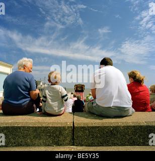 Eine Familie, die gerade ein Durchschlag und Judy zeigen an einem beautful Sonnentag am Meer am Southwold in suffolk - Stockfoto
