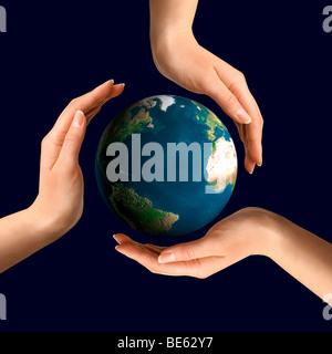 Konzeptionelle recycling-Symbol über Erde von Händen gemacht - Stockfoto