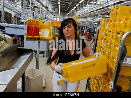 Nada Jumic arbeitet in der Mail sortieren Zentrum des Post-Regionalbüros in Waiblingen, Baden-Württemberg, Deutschland, - Stockfoto