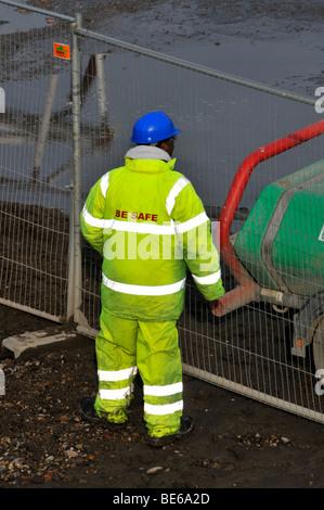 Website der Bauarbeiter tragen Schutzhelm und gekleidet in Warnschutz Gesundheit und Sicherheitskleidung - Stockfoto