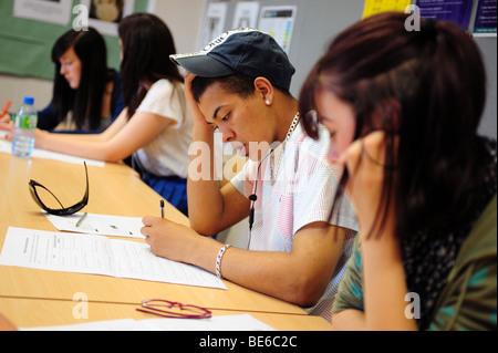Junge schwarze männliche Schüler am Sixth Form College in aus-und Weiterbildung - Stockfoto