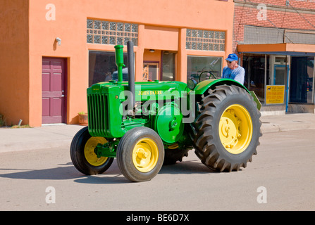ein john deere gr ne und gelbe traktor anh nger ziehen stockfoto bild 80384735 alamy. Black Bedroom Furniture Sets. Home Design Ideas