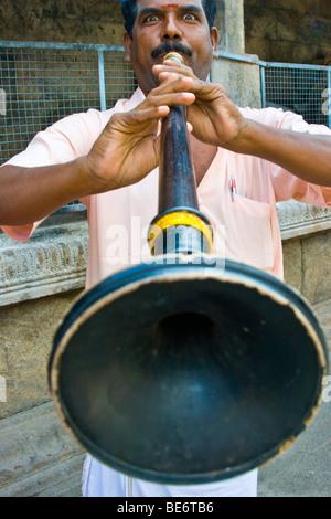 Musiker im Sri Jalagandeeswarar Tempel in Vellore Fort in Vellore, Indien - Stockfoto