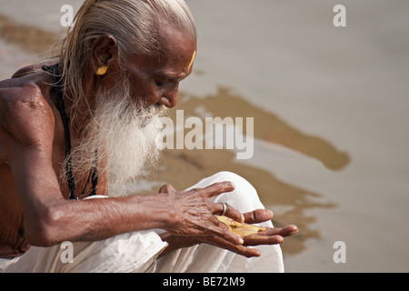 Hindu-Pilger Zahlen durchgeführte am heiligen Fluss Ganges in Varanasi, Indien - Stockfoto