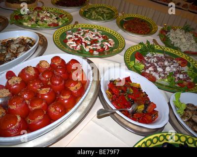 buffet essen mit typisch italienischen gerichten und speisen auf italienische keramik geschirr. Black Bedroom Furniture Sets. Home Design Ideas