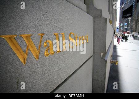 Goldene Wand Straßenschild geschnitzt auf einer Wand im Bereich Finanzviertel von Manhattan in New York City, Vereinigte - Stockfoto
