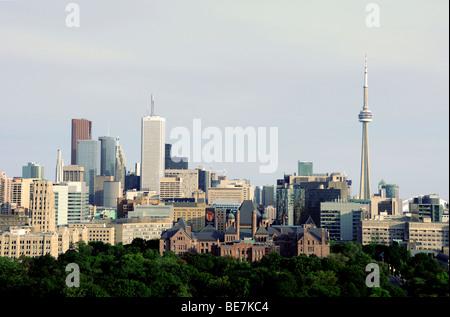 Blick auf die Skyline von Toronto und dem CN Tower mit der Gesetzgebenden Versammlung von Ontario an der Queen's - Stockfoto