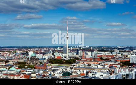 Blick auf Skyline von Berlin mit Fernsehturm am Alexanderplatz nach hinten Deutschland - Stockfoto