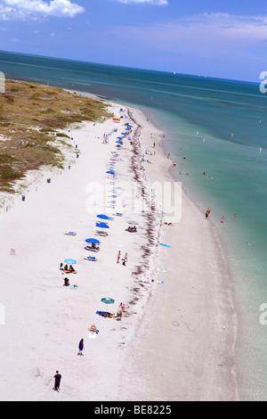 Blick auf Menschen am Strand von Bill Baggs State Park in Key Biscayne, Miami, Florida, USA - Stockfoto