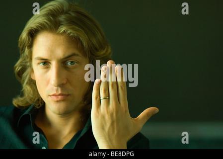 Mann hält Hand zeigt Ehering - Stockfoto