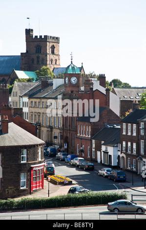 Nördlichste Stadt Englands, Carlisle, blickte Castle Street mit dem Dom auf Skyline. - Stockfoto