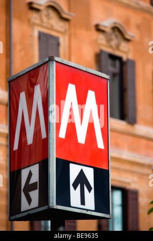 Italien Rom Lazio rot und weißen Metro u-Bahn anmelden Station Ottaviano neben der spanischen Treppe und Via Condotti - Stockfoto