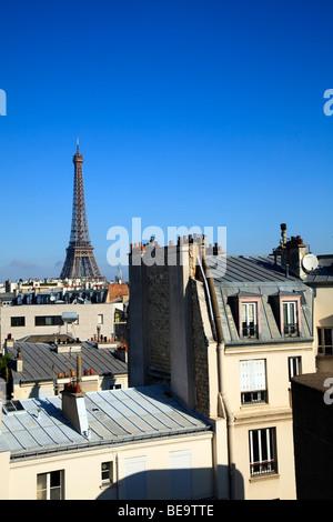 Eiffelturm über Dächern in Paris - Stockfoto