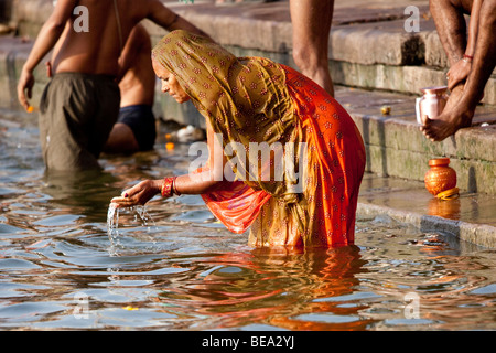 Frau beten in den Ganges in Varanasi, Indien - Stockfoto