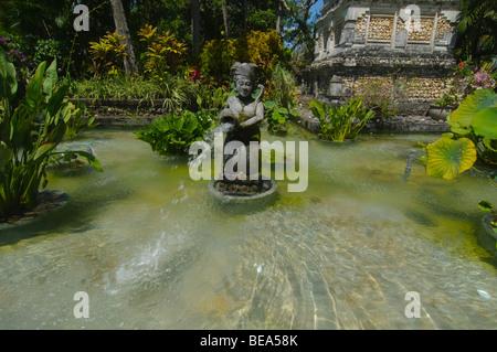 Statue im Garten eines Resorts in Bali Indonesien