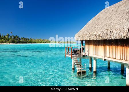 Über Wasser Bungalow mit Schritten in fantastische Lagune - Stockfoto