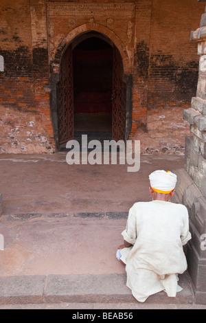 Muslimischen Mann, der betet in Qadam Rasul Moschee in Gour in Bengalen Zustand in Indien - Stockfoto