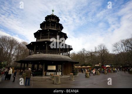 Der Weihnachtsmarkt am chinesischen Turm im englischen Garten in München. - Stockfoto