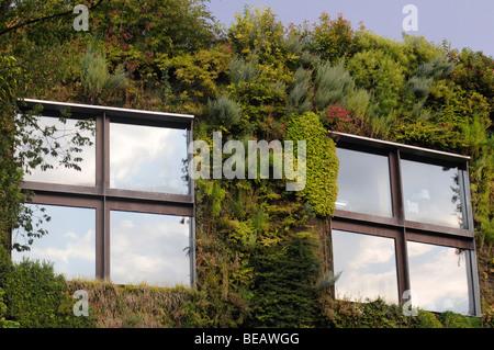 Vertikalen Garten an der Fassade des Musée du Quai Branly, (MQB) ein ...
