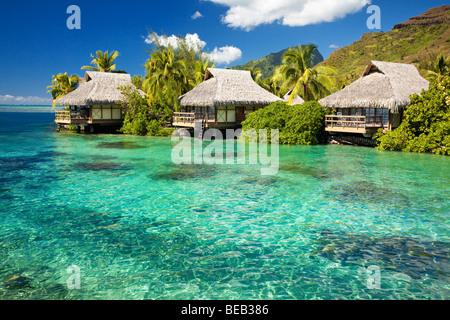 Über Wasser Bungalows mit Schritten in erstaunlich grünen Lagune - Stockfoto