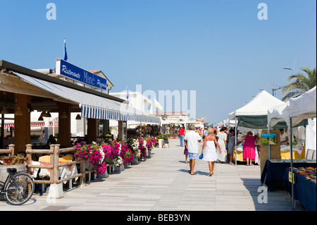 Marktstände und Restaurants entlang der Promenade, Lido di Camaiore, toskanischen Riviera, Toskana, Italien - Stockfoto