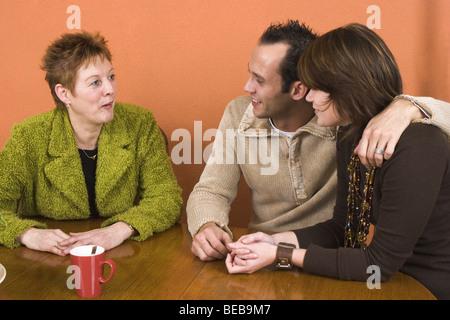 Introducing Freundin Sohn zu seiner Mutter - SerieCVS417015 - Stockfoto