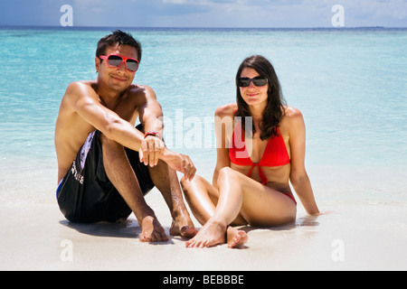 Ein junges Paar an einem Strand auf den Malediven - Stockfoto
