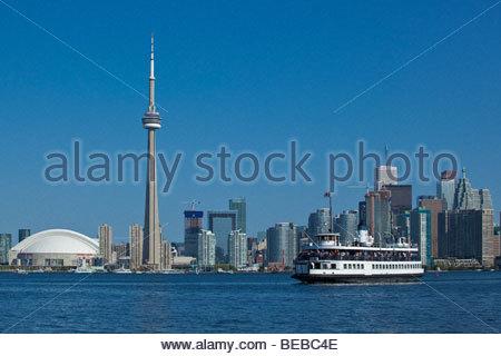 Fähre auf dem Weg nach Toronto Islands Park mit Skyline im Hintergrund bei Toronto Ontario Kanada - Stockfoto